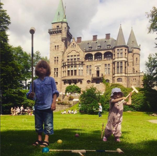 Tog visst inga bilder från Utvandrarnas hus, men här spelar de små krocket vid Teleborgs slott under picknicken dagen före vigseln.