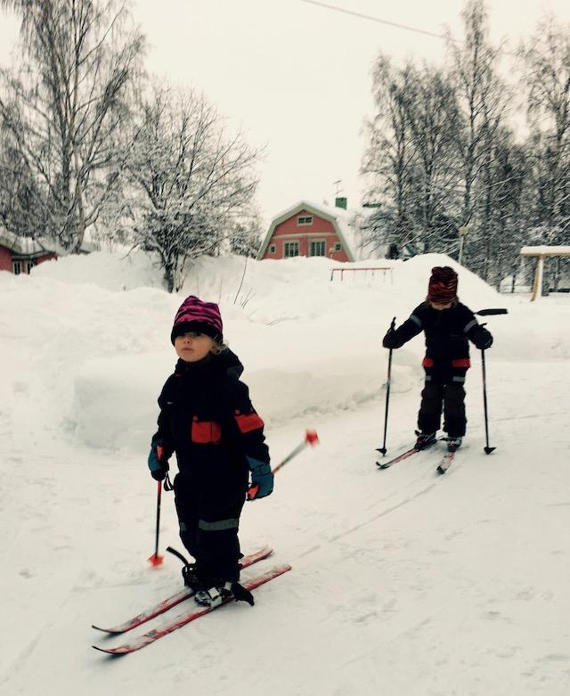 Barnen skidar